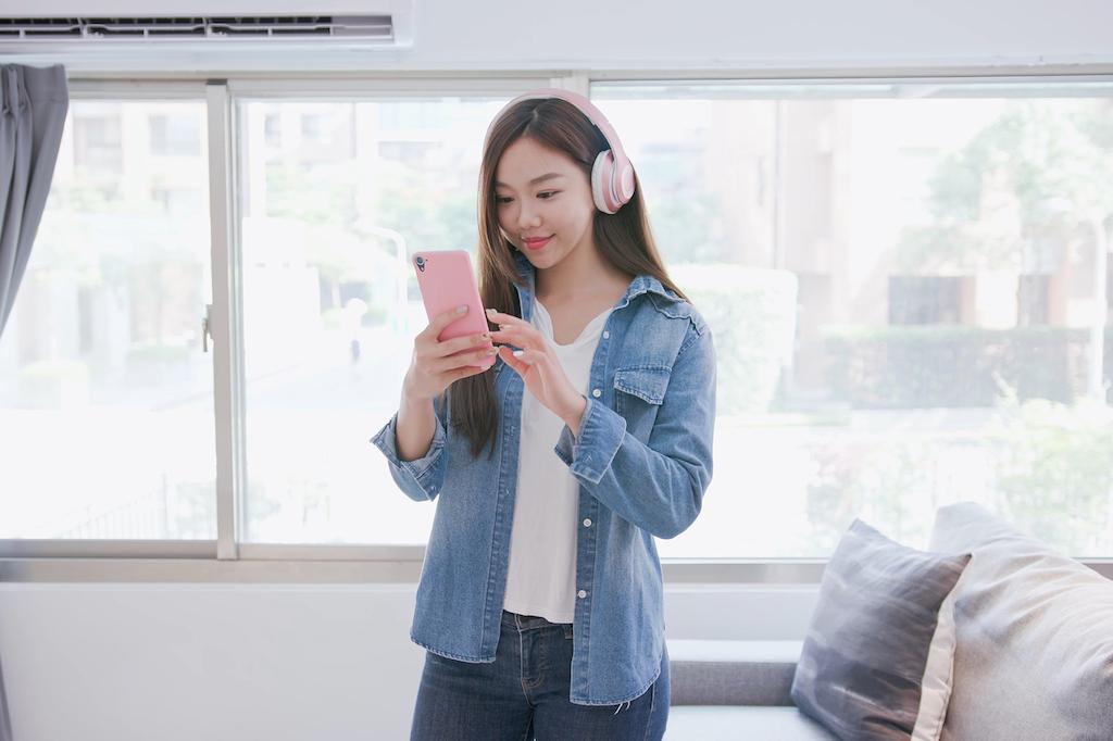 携帯を操作する少女